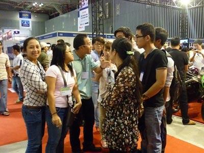 """Thầy chủ nhiệm bộ môn Event Nguyễn Quang Khải (thứ 3 từ trái qua) giảng dạy chuyên môn ngay tại """"hiện trường"""" Triễn lãm ôtô 2011."""