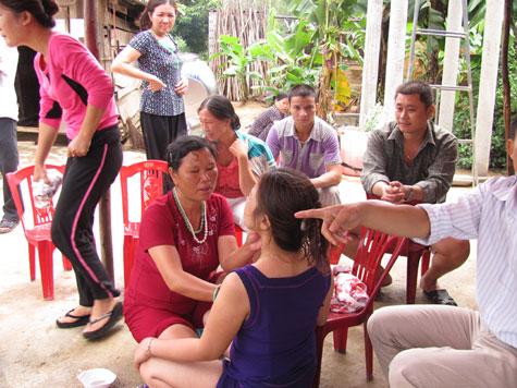 Con cũng khó chịu với mẹ 'Phật' bóp ngực chữa bệnh