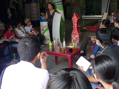 Học viên Event tìm hiểu trực tiếp về các chất liệu trong dàn dựng Sự kiện tại xưởng thi công, sản xuất vật liệu.